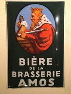Plaque émaillée (bombée) En Parfait état, Brasserie Amos (Gambrinus Regardant à Gauche) Fond Vert - Liquor & Beer