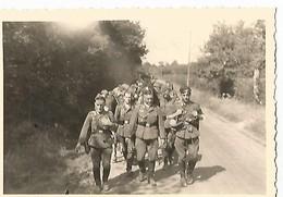 Orig Photo All WW2 :  REMIREMONT , Vosges ( 88 )Soldats En Marche , Campagne De France 20 Juin 1940 - 1939-45