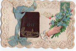 CALENDRIER ALMANACH 1911 * CARNET * DECOUPI MAIN MYOSOTIS COLOMBE * RUBAN TISSU * BONNE ANNEE Relief * BORDS DENTELLE - Cartes Postales