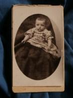 Photo CDV  Calinaud à Paris  Bébé Assis  Robe Imprimée  Chaussons En Laine  CA 1895-1900 - L485 - Oud (voor 1900)