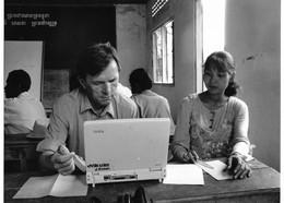 Photo Cambodge Les Docteur Overtoom Et Hen Sokun Charia, Lors D'une Séance De Formation   Photo Vivant Univers - Places