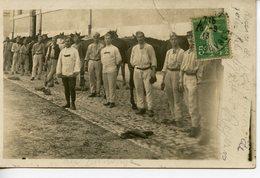 1817. CPA PHOTO GROUPE DE MILITAIRES 1913. ECRITE PAR UN SOLDAT EN CASERNE A NIORT DE RETOUR DES MANOEUVRES DU SUD-OUEST - Guerra 1914-18
