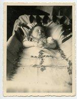 PHOTO 114 X 87 MM - POST MORTEM - ENFANT SUR SON LIT DE MORT - CROIX EN FORME DE FLEURS. - Persone Anonimi