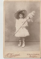 LAVAL - Photo Collée Sur Carton Fort D'une Fillette Costumée Avec Chapeau ( Photo 16,5 X 10,5 ) Photo J. Fouquet Laval. - Personas Anónimos