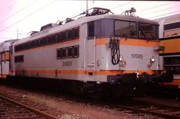 Photo Diapo Diapositive Slide Train Wagon Locomotive Electrique SNCF 17085 Gare Du Nord Le 10/01/1992 VOIR ZOOM - Diapositives