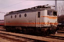 Photo Diapo Diapositive Slide Train Wagon Loco Locomotive Electrique SNCF 8172 à Montargis Le 9/01/1992 VOIR ZOOM - Diapositives