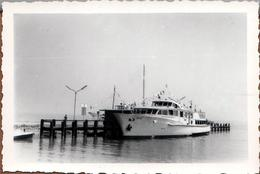 """Photo Originale Bateau De Tourisme Ou Yacht à Quai Sur Estacade Vers 1960 : Le """" MHRI """" & Ses Fanions & Drapeaux - Boten"""