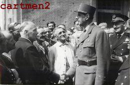PHOTOGRAPHIE ANCIENNE LE GENERAL DE GAULLE SERT LA MAIN DES DOCKERS DU PORT DE CALAIS 62 GUERRE POLITIQUE - Calais