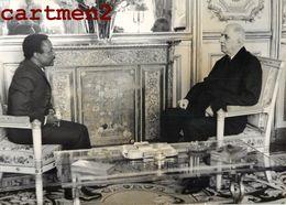 PHOTOGRAPHIE ANCIENNE LE GENERAL DE GAULLE PRESIDENT DU GABON BERNARD ALBERT BONGO PHOTO GUERRE POLITIQUE - Afrique