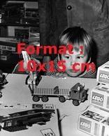 Reproduction D'une Photographie Ancienne D'un Petit Garçon Jouant Avec Des Lego - Riproduzioni