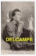 """DD / 56 MORBIHAN / BELLE ILE EN MER / J FEMME PRIANT N-D DE LOCMARIA / COIFFE D' ARTISANE DITE """" PEN-SARDIN """" / FOLKLORE - Belle Ile En Mer"""