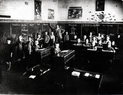 Grande Reproduction Photo Originale Ancienne Scolaire & Photo De Classe Vers 1924 - Cours Au Tableau & Maître - Reproducciones