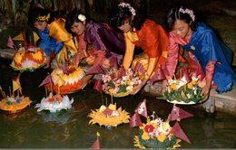 THAILAND  BEAUTIFUL THAI LADIES ENJOYING THE LOY KRATONG  FESTIVAL-FLOATING - Tailandia