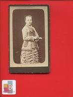 CAEN  PHOTOGRAPHE PERET RUE ST JEAN PHOTO CDV JEUNE FILLE EVENTAIL CIRCA 1880 - Fotos