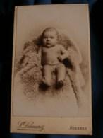 Photo CDV  Desmarez à Avesnes  Bébé Tout Nu (Petit Garçon) Allongé Sur Une Peau De Mouton  CA 1895 - L483B - Fotos