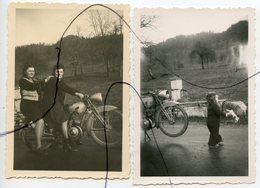 2 PHOTOGRAPHIES Anciennes . Ancienne MOTO. 2 Femmes Assises Sur Une Ancienne Moto - Automobiles
