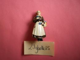 Feve Ancienne Allemande En Céramique - MARCHANDE DE LAVANDE - Serie TYPES VIENNOIS 1940 Rare ( Feves Figurine Miniature - Olds