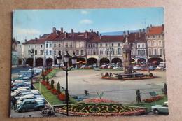 PONT A MOUSSON - La Place Duroc, La Fontaine Monumentale Et Les Arcades ( 54 Meurthe Et Moselle ) - Pont A Mousson