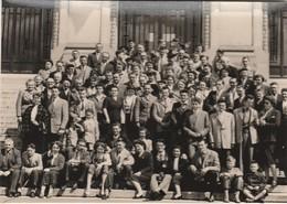 PHOTO (15x10 Cm) GROUPE DE PERSONNES SUR LES MARCHES DE L'HÔTEL DE VILLE MAI 1955 VICHY (03) - Fotos