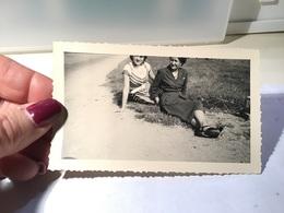 Photo Noir Et Blanc Femme Assise Par Terre En Robe Une A La Tête Coupée - Anonyme Personen