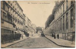D78 - VERSAILLES - LA RUE JOUVENCEL - Quelques Personnes - Charrette - Brouette - Hôtel - Versailles