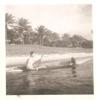 Photo Foto (6 X 6 Cm) Man Met Chimpansee In Kano Kanu Canoe Congo ? Kongo ? - Bateaux
