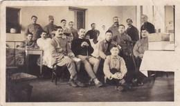 Photographie - Soldats En Convalescence Dont 1 Du 285ème Régiment D'Infanterie Basé à Cosne-sur-Loire (58) - WWI Hôpital - Oorlog, Militair