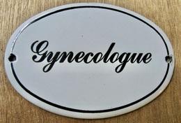PLAQUE EN TOLE EMAILLEE GYNECOLOGUE / RICARD S.A. PARIS - Plaques Publicitaires