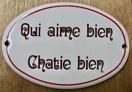PLAQUE EN TOLE EMAILLEE QUI AIME BIEN CHATIE BIEN / DECOTEC RICARD PARIS - Enameled Signs (after1960)