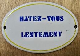 PLAQUE EN TOLE EMAILLEE HATEZ-VOUS LENTEMENT / RICARD S.A. PARIS - Plaques Publicitaires