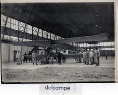 AVIATION - Grande Photo Rare - Avion à Hélice Dans Un Hangar - Groupe De Militaires Autour De L' Appareil - Luftfahrt