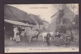 CPA Ferme Fermes à La Campagne Métier Non Circulé Auvergne Attelage Vaches - Farms