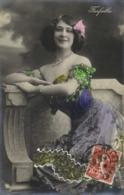 Farfalla Epaules Nues  Petit Noeud Rose Dans Les Cheveux 2 RV - Entertainers