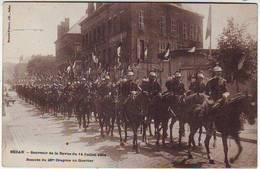 08. SEDAN . SOUVENIR DE LA REVUE DU 14 JUILLET 1904 . RENTREE DU 28 Iéme DRAGONS . ANIMEE . Editeur SUZAINE PIERSON - Sedan