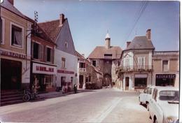 AINAY LE CHATEAU - Place Du Faubourg - Voiture : Renault 4 L - Autres Communes
