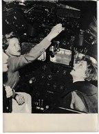"""Photo Agence Keystone """"Pour Apprendre à Piloter Un Avion Annie CORDY A Un Bon Professeur Jacqueline AURIOL"""" - Célébrités"""