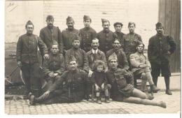 Soldats Croix De Guerre  Une Enfant Parmi Eux - Guerre 1914-18