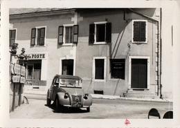 Photo Originale Citroën 2 CV AZL, La 2 CV Classique Devant Le Café De La Poste à Saint Laurent Du Jura En 1960 - Automobile