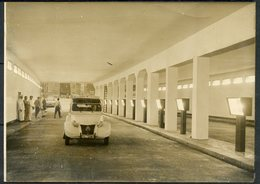 """PHOTO AGIP R.COHEN - 2 CV CITROEN DE 1956 AVEC PUB """" Ets J. VERGER """" EMPRUNTANT  PASSAGE SOUTERRAIN DE L'ALMA 02/10/1956 - Automobiles"""