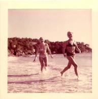 DEUX FEMMES EN BIKINI PIN UP A LA PLAGDE DU RAYOL EN 1963 - Pin-up