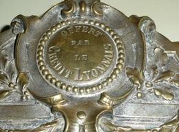 Rare Ancien Cadre En Bronze Argenté Offert Par Le Crédit Lyonnais Fin XIXe, Porte-médaille Ou Autre, Décors Guirlandes - Bronzen