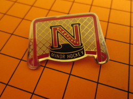 BRO120 Pas Pin's Mais BROCHE état Neuf / THEME SPORTS / HOCKEY SUR GLACE NEWMARKET MINOR HOCKEY - Wintersport