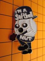 BRO120 Pas Pin's Mais BROCHE état Neuf / THEME SPORTS / BASEBALL I'M A SOFTBALL NUT - Baseball