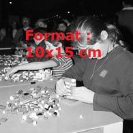 Reproduction D'une Photographie Ancienne D'enfants Jouant Avec Des Lego En 1961 - Riproduzioni