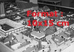 Reproduction D'une Photographie Ancienne D'une Fillette Jouant Au Milieu D'une Ville Construite En Lego En 1962 - Riproduzioni
