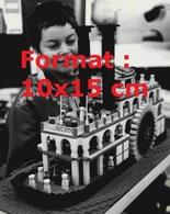 Reproduction D'une Photographie Ancienne D'une Femme En Admiration Devant Un Bateau à Roue De La Louisiane En Lego 1977 - Riproduzioni