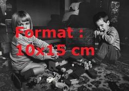 Reproduction D'une Photographie Ancienne De Deux Jeunes Enfants Jouant AuxLego En 1987 - Riproduzioni