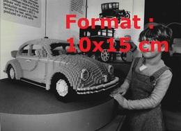 Reproduction D'une Photographie Ancienne D'une Fillette à Côté D'une Coccinelle VW Fabriquée EnLego En 1982 - Riproduzioni