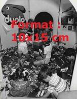 Reproduction D'une Photographie Ancienne D'enfants Dans Une Pièce Remplie De Lego En 1981 - Riproduzioni