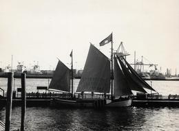 Grande Photo Originale Bateau à Voile Ancien Dans Un Port Industriel Vers 1970 - Voilier & Vieux Gréement - Schiffe